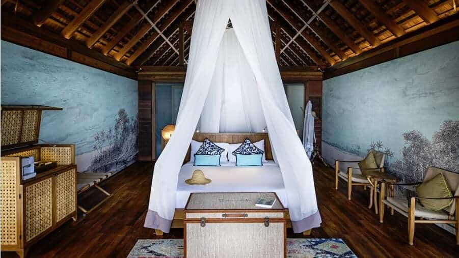 Det läckra sovrummet i Overwater Bungalow på Bawah Reserve.