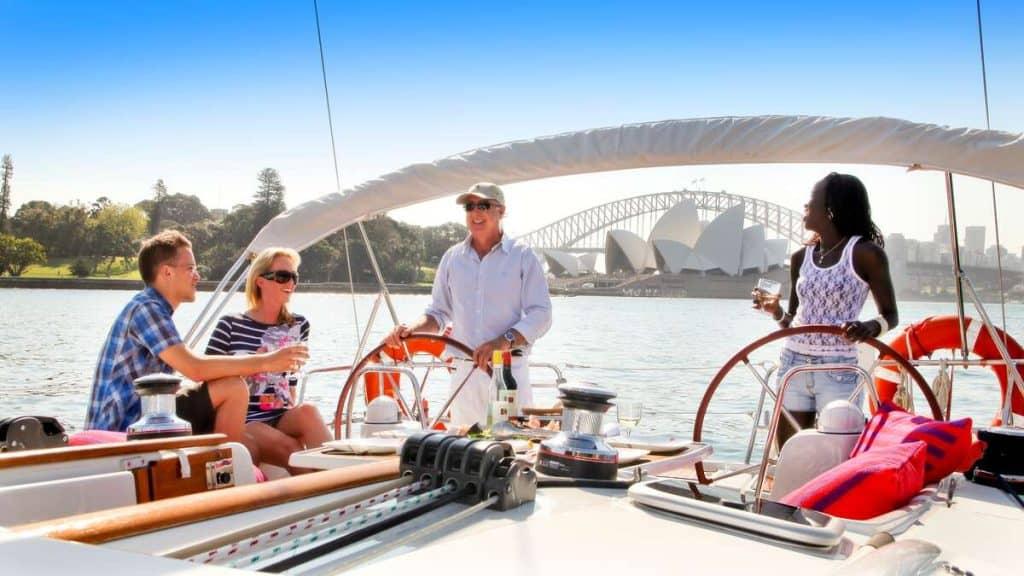 Vi rekommenderar en båttur i Sydney hamn.