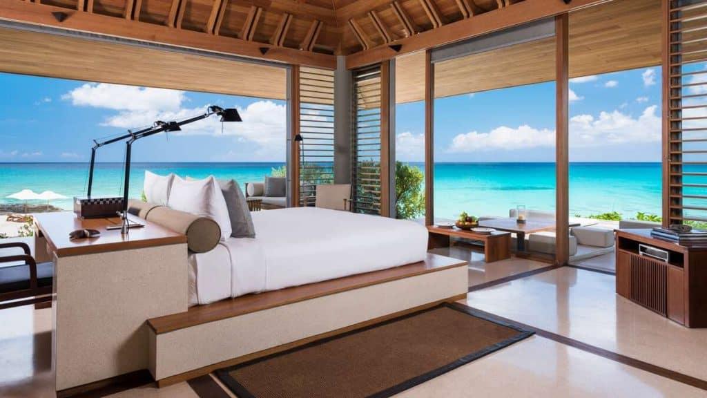 Ett av flera sovrum på Amanyara Artist Ocean Villa på Turks and Caicos.
