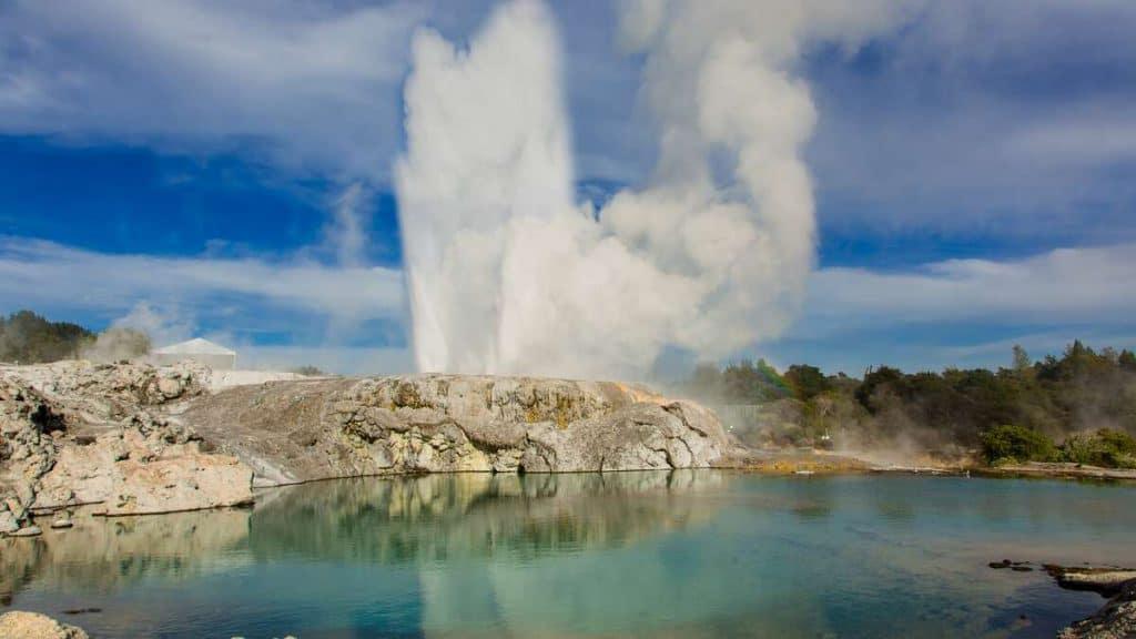 Utforska den spännande naturen i Rotorua, som den här gejsern.